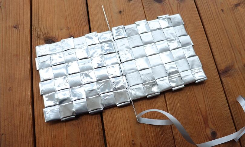 Kahden ruutupunonnalla valmistetun ruudun yhdistäminen saranoista pitkää neulaa käyttäen.